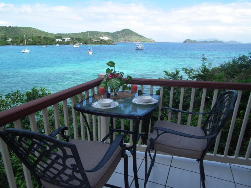 Front de mer à manger sur la terrasse privée.