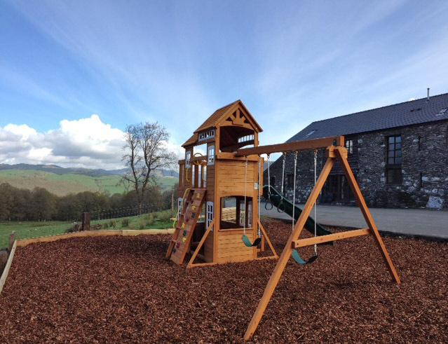 Eltern können sich entspannen in der Lounge / auf der Terrasse und noch ein Auge auf die Kinder, die spielen