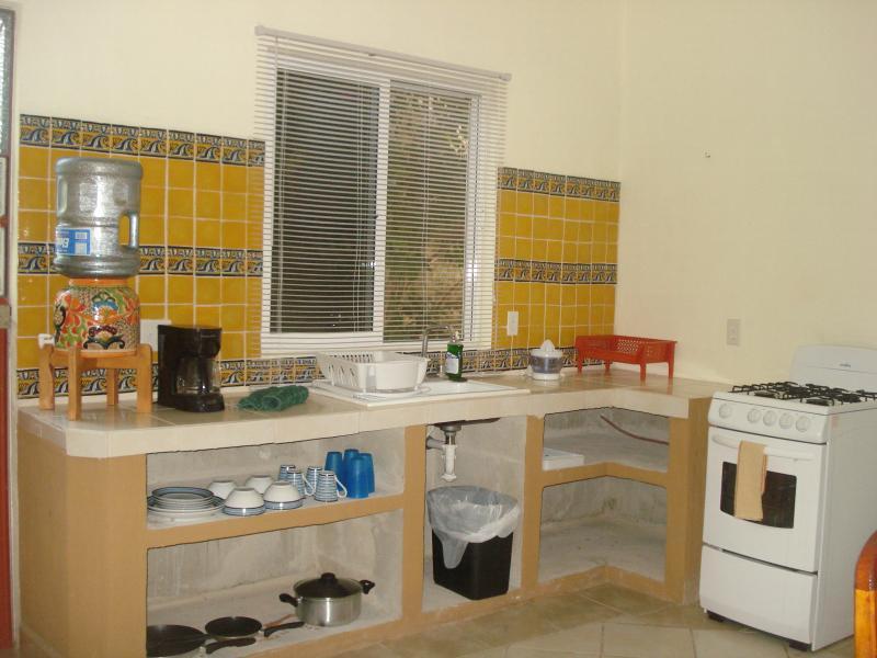 Completa cocina, estufa, refrigerador, microondas, cafetera!!!