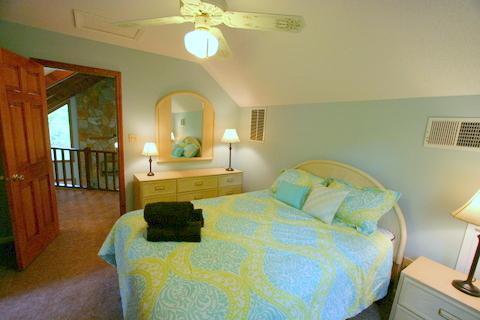 Chambre des maîtres au deuxième étage dispose d'un lit queen size.