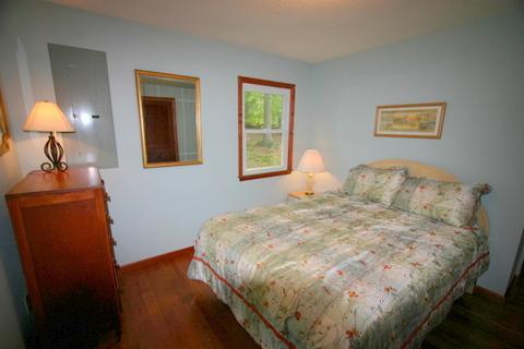 Deuxième chambre a un lit queen size.