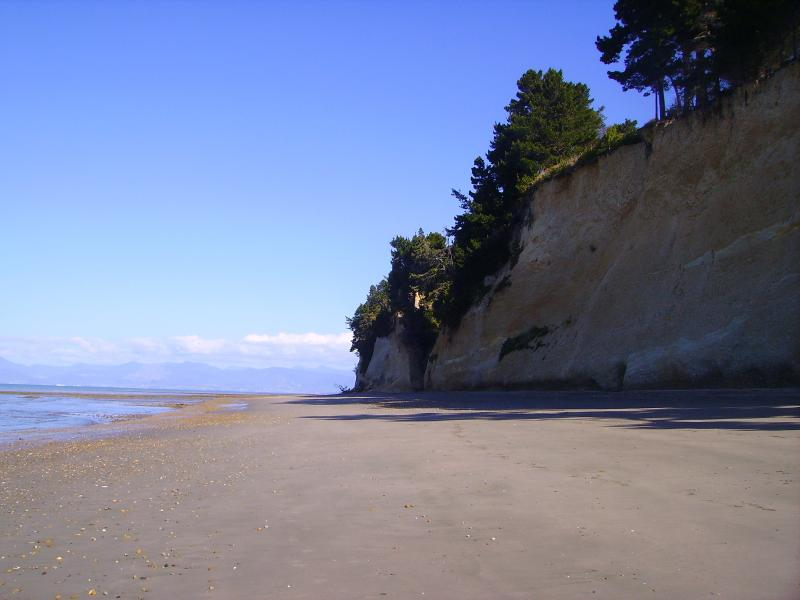 Aroha Cottage not beachfront but oh so close !!, holiday rental in Nelson-Tasman Region