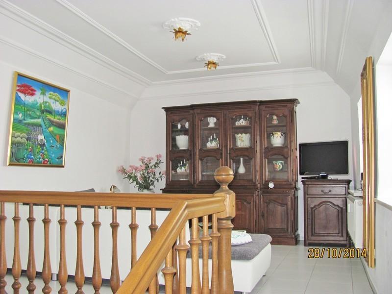 Wohnzimmer mit Flachbild TV, Stereoanlage und Telefon