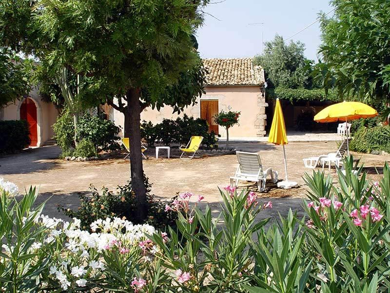 Jardim, solário e entrada alojamento