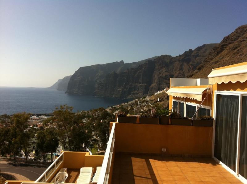 APARTMENT WITH AN AMAZING VIEWS TO THE CLIFFS, holiday rental in Acantilado de los Gigantes