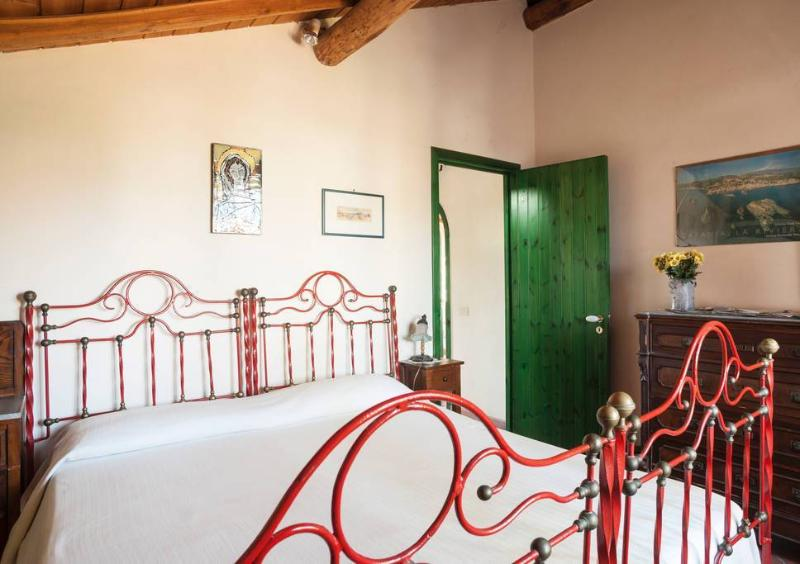 Double and single B&B bedrooms in villa. Wi-fi., holiday rental in Stazzo