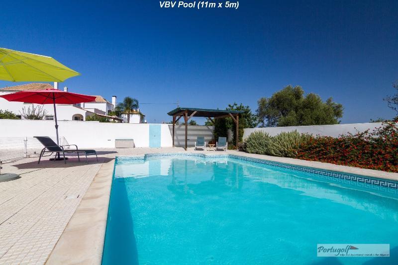 La piscina è di 11 x 5 m (36 ft x 16 ft)