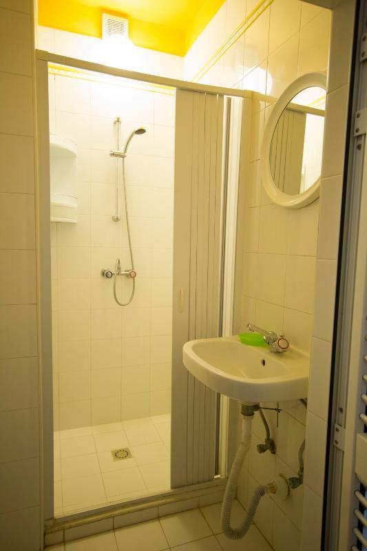 Um dos dois banheiros idênticos no apartamento amarelo
