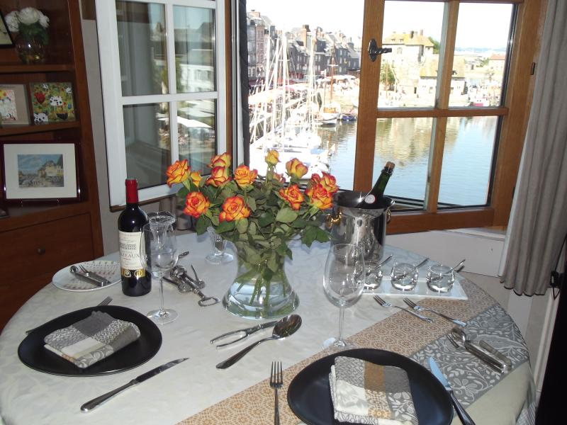 Bon Appétit Nice dinnerware at disposal with large choice of wine and beer glasses