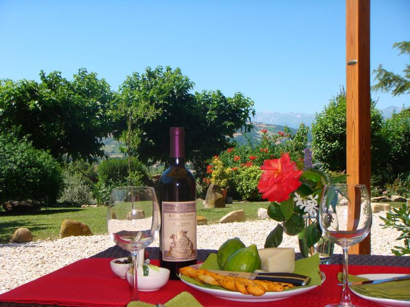 Luxury apartment with lovely pool & mountain views, casa vacanza a Santa Vittoria in Matenano