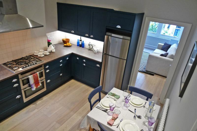 Separado nova cozinha espaçosa com mesa de cozinha para quatro pessoas