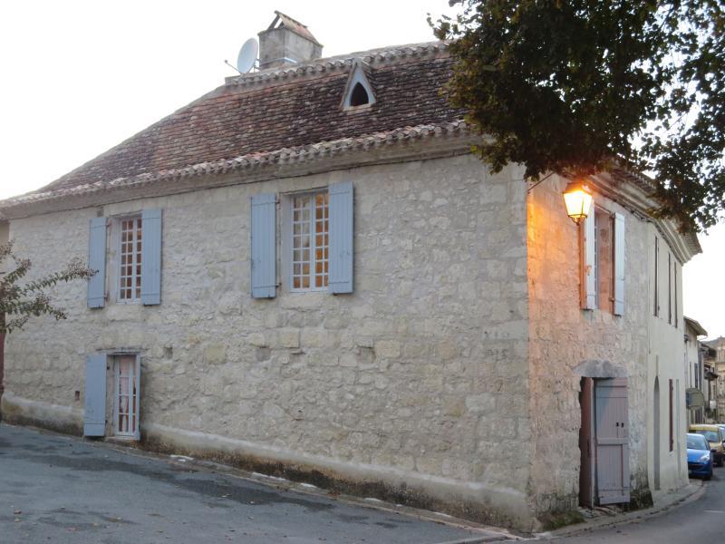 Lauzun 2 bedroom village house, vacation rental in Bourgougnague