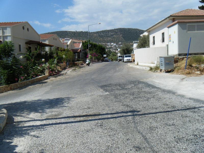 Stille weg buiten de villa voor parkeren en 50 meter naar het centrum van Kalkan