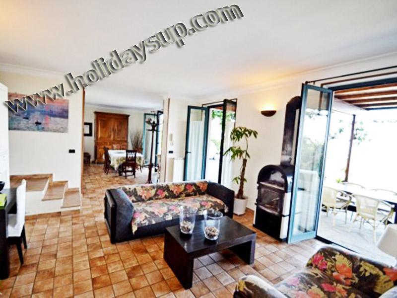 Vardagsrum och matsal område rum på villa amolu med utanför uteplats och privat pool sorrento hyror