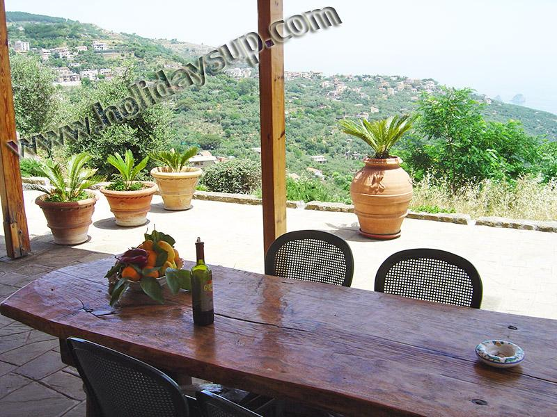 Uteplats utanför villa amolu i sorrento-kusten med bord soffa och stolar med privat pool semester upp