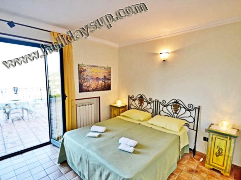 Dubbelrum med luftkonditionering/värme och terrass havsutsikt på villa i sorrento kusten bok