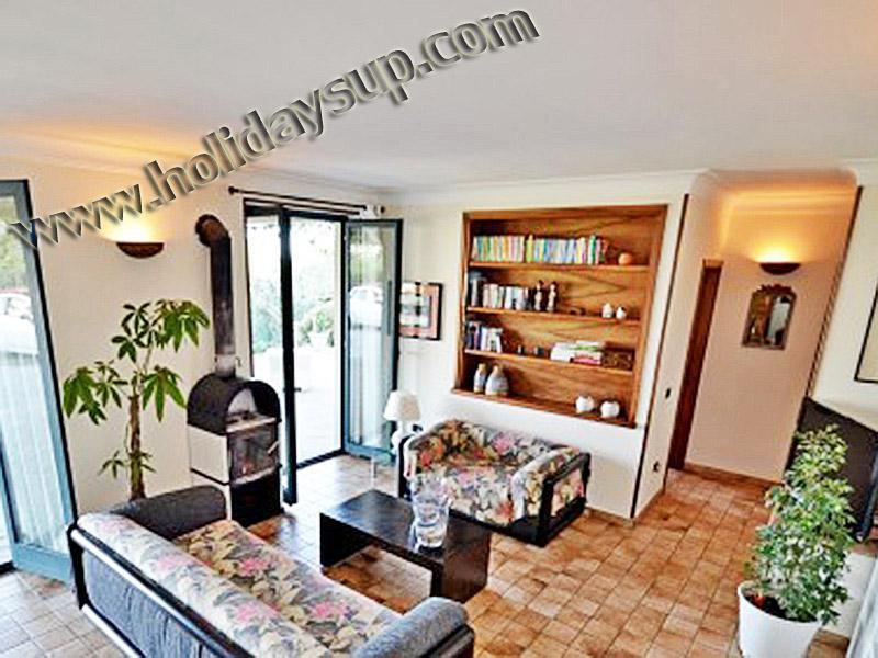 Villa amalfi kusten amolu hus vardagsrum med tv och tillgång till terrass med pool och havsutsikt
