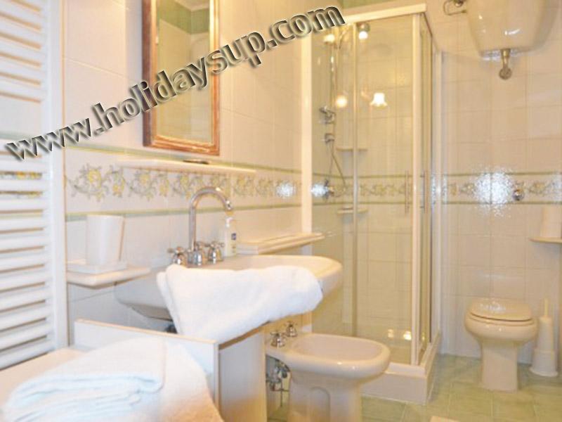 Villa Sorrento halvön semester bokning uthyrning badrum med dusch och utanför poolen och trädgården