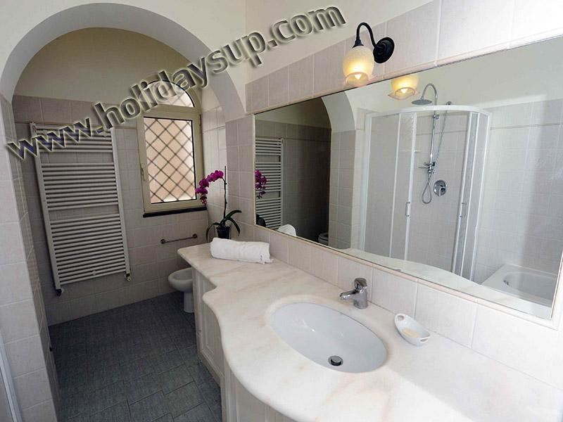 Villa bathroom with shower and bath nilly gues house sorrento holiday booking rentals with swim pool
