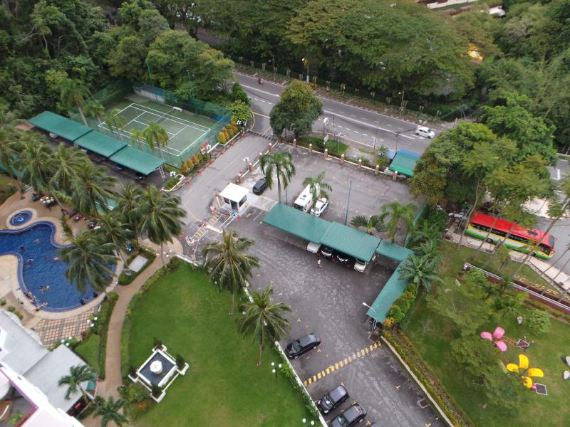 Overview entrance, parking, swimming pool, tennis court
