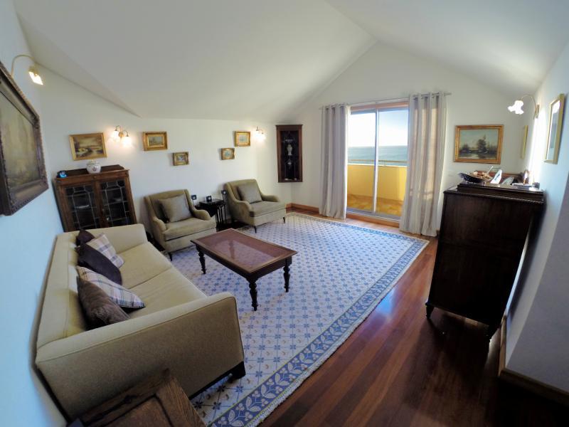 Cómoda sala de estar decorada con muebles de estilo clásico genuino.