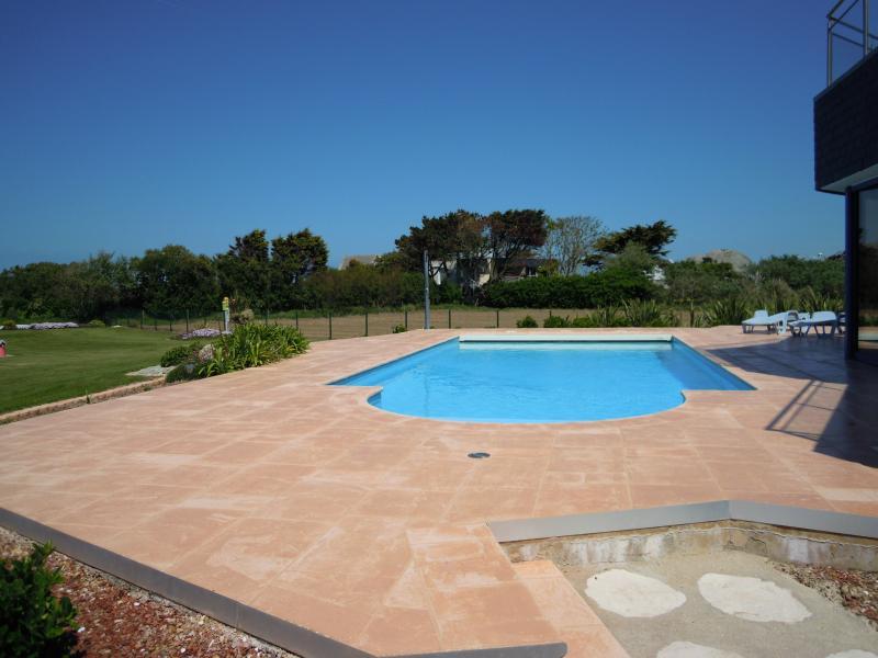 piscine 10,50m x 4.50 m chauffée juillet/Aout et sécurisée par VR électrique