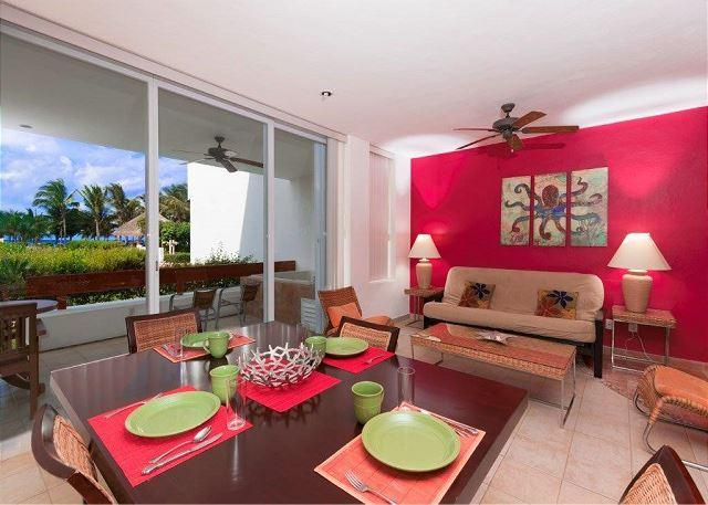 Amplia sala de estar / comedor con patio