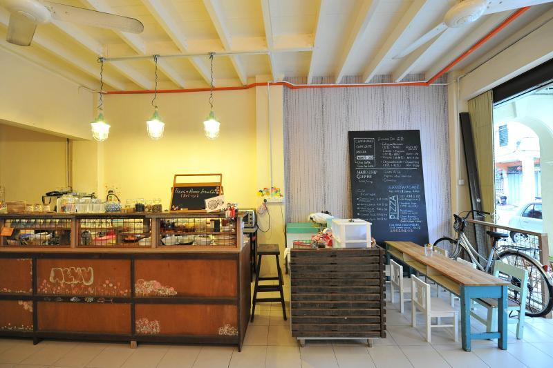 Vendiamo cibo vegetariano e mano fatto il caffè al nostro mini bar/dispensa,