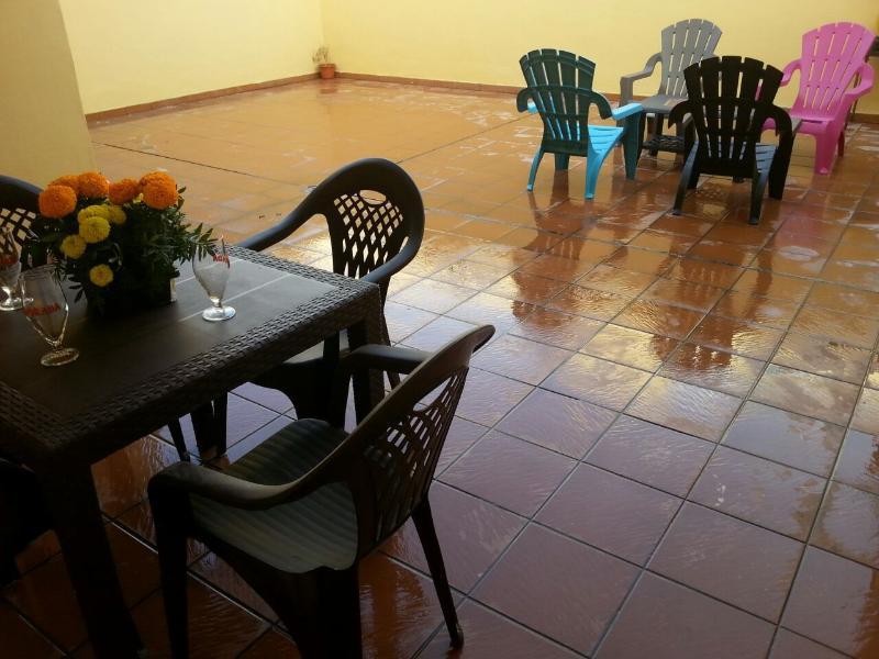 Grande terraço, mesa de jantar Set, espreguiçadeiras