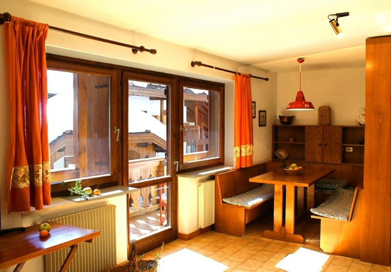 BRIGHT HOUSE BETWEEN PINE FOREST AND THE DOLOMITES, holiday rental in Campestrin