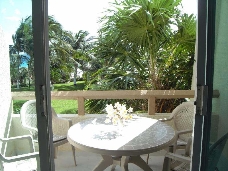 Mesa e cadeiras na varanda
