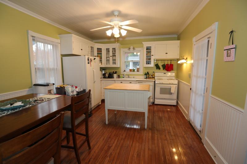 Grote keuken w/plafond ventilator en eiland