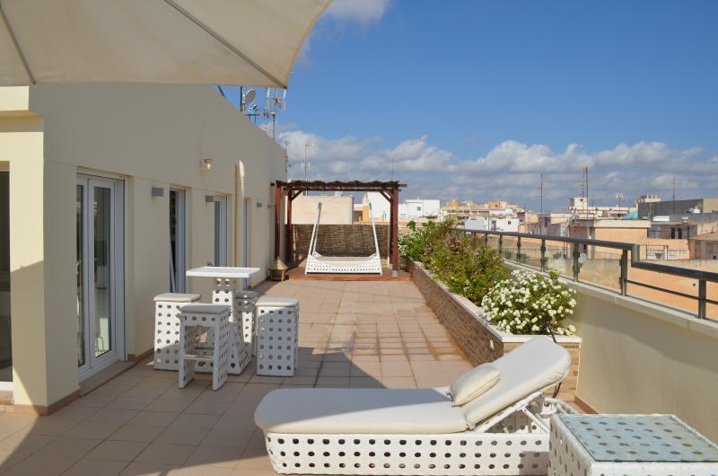 Desayunos en la terraza y el atardecer son una opción popular mientras disfruta de las vistas al mar.