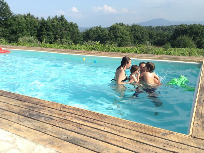 Invitados disfrutando de la piscina