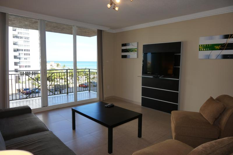 2080 OCEANFRONT ON THE BEACH 2/2 BDR ON 4TH FL, holiday rental in Hallandale Beach
