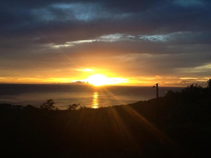 Um dos conjuntos de sol no final do dia