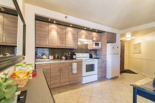 Cuisine/Kitchen, vue du Salon/from Livingroom