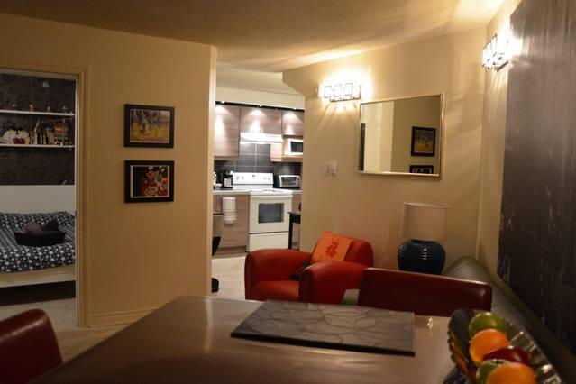 Salon vue vers la Cuisine et la Chambre à Coucher / Living room looking towards Kitchen and Bedroom