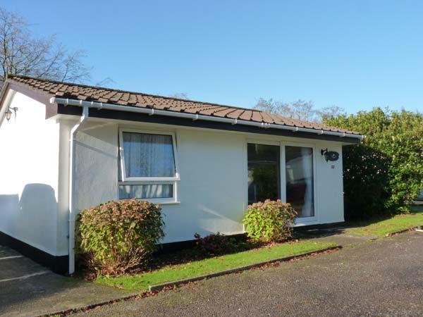 PEACEHAVEN, neat bungalow with WiFi, open plan living area, pets welcome, near, location de vacances à Liskeard