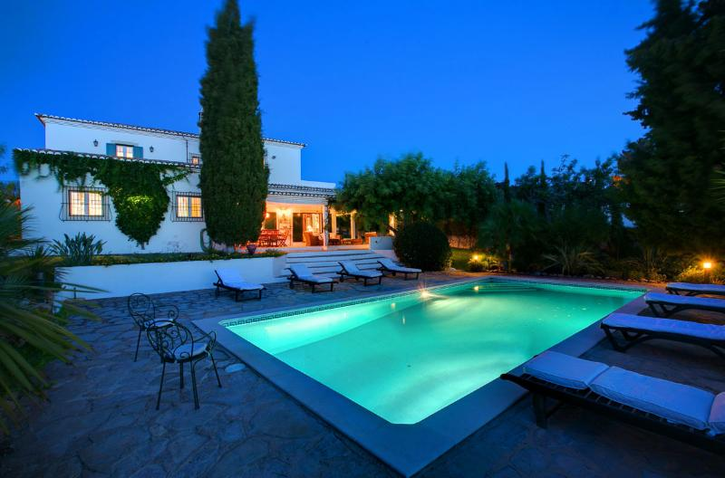 Casa Mouraria zwembad bij nacht