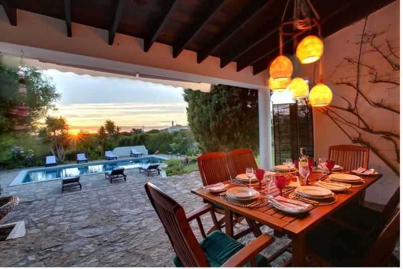 Terras en dineren bij zonsondergang