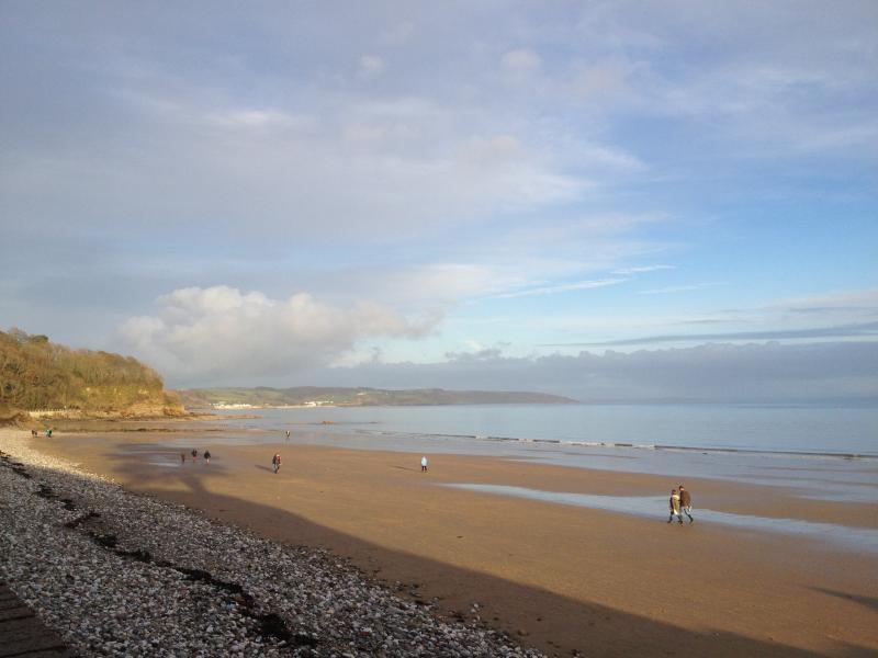Blick auf den Strand vom Ufermauer am Grundstück. (Links ist Coppett Hall Strand)