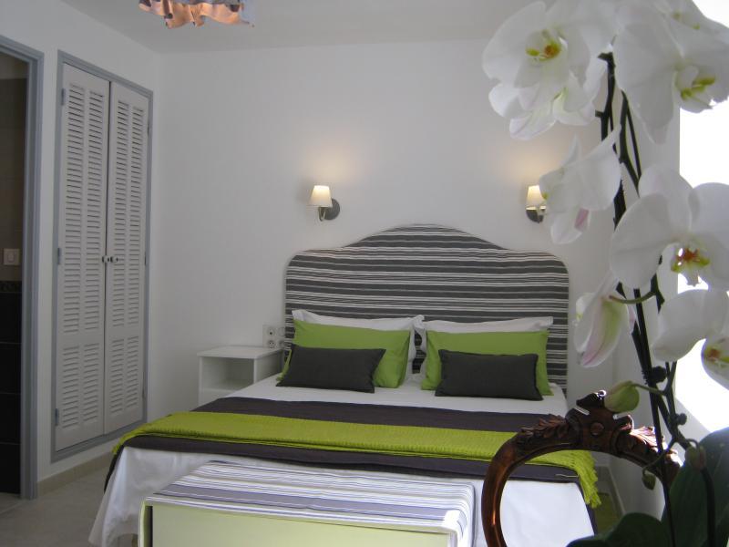 Queen size bed (160cm x 200cm).