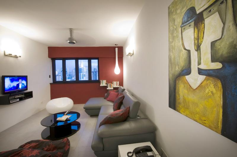 Funky mobili e dipinti di grande tela nel salotto