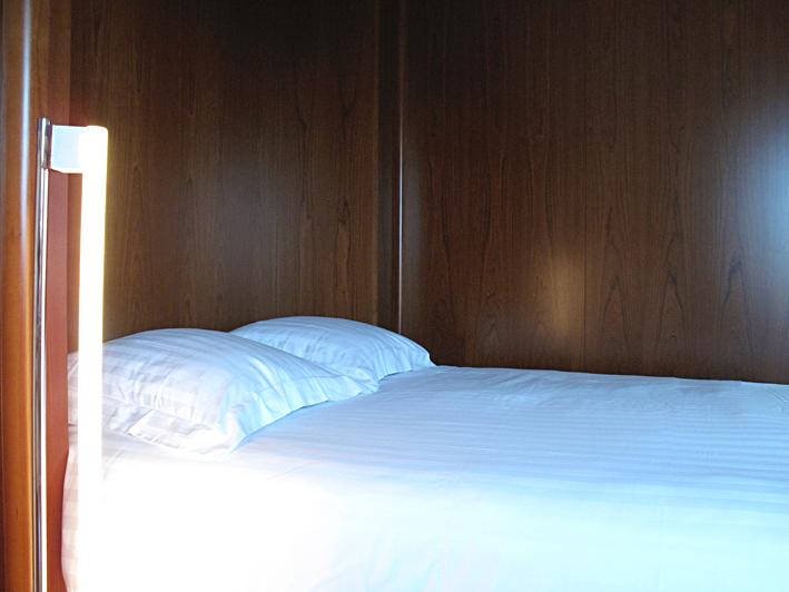 Eileen GREY tube light, queen size bed, cotton satin sheets, latex mattress