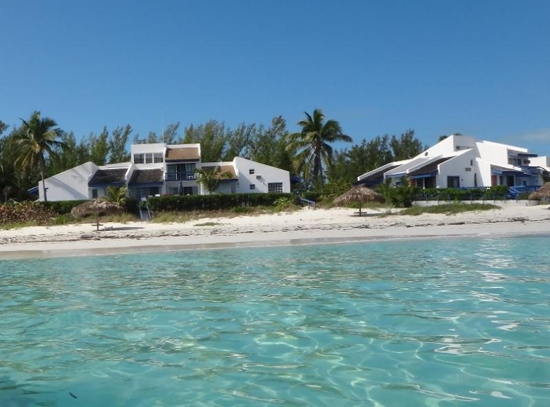 Beautiful Boutique Beach Front Double Villa, holiday rental in Great Harbour Cay