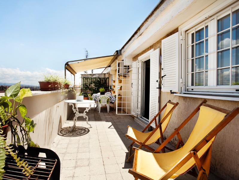 superbe terrasse pour prendre un bain de soleil le matin et dîner en soirée