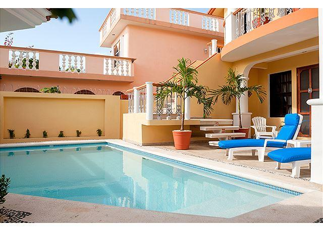 Comfortable apartment, well equipped kitchen next to sparkling pool, alquiler de vacaciones en Puerto Morelos