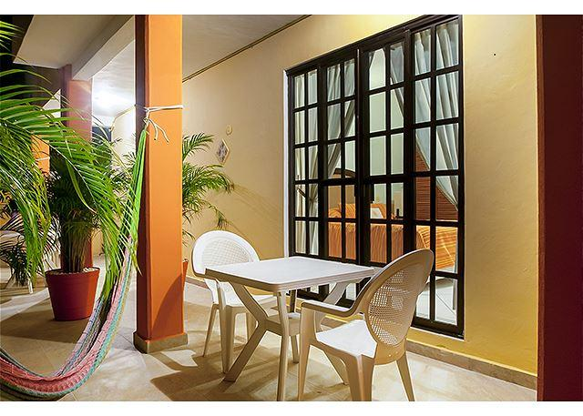 Comfortable apartment next to sparkling pool, alquiler de vacaciones en Puerto Morelos