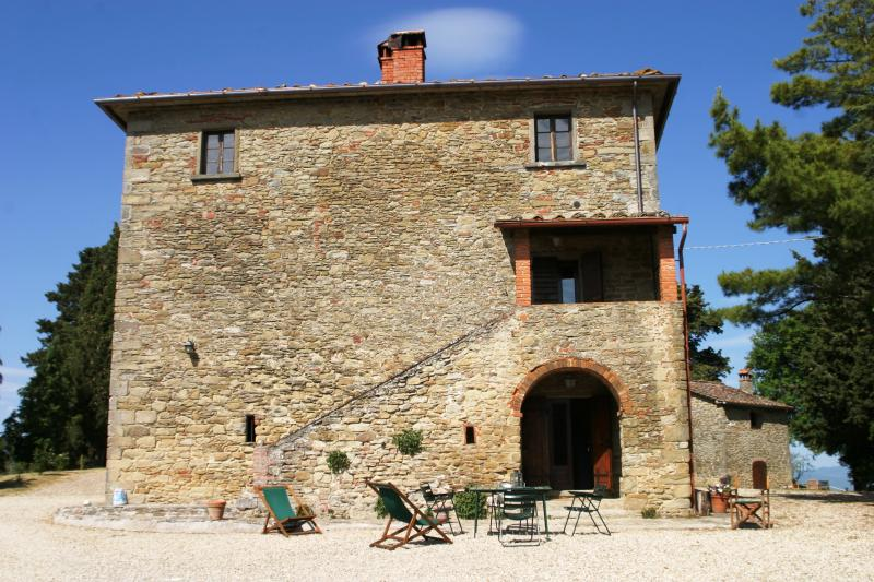 Arco, Charming just renovated apt x4p in Tuscany w shared pool, holiday rental in Anghiari